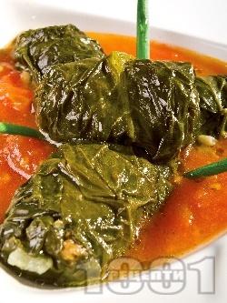 Постни сарми от лапад с булгур и сушени манатарки в доматен сос в тенджера - снимка на рецептата